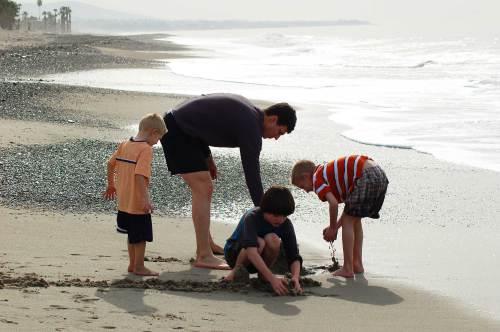 boys-beach-digging